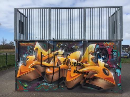 Hakenkruis en kwetsende teksten op skatebaan Vroonermeer Alkmaar