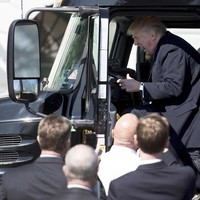 President Trump mag achter het stuur van een truck plaats nemen tijdens een bezoek van vrachtwagenchauffers en directeuren van transportbedrijven aan het Witte Huis.