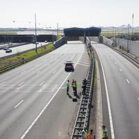 De Schipholtunnel in de A4 is afgesloten na een brand in een vluchtgang van de tunnel.