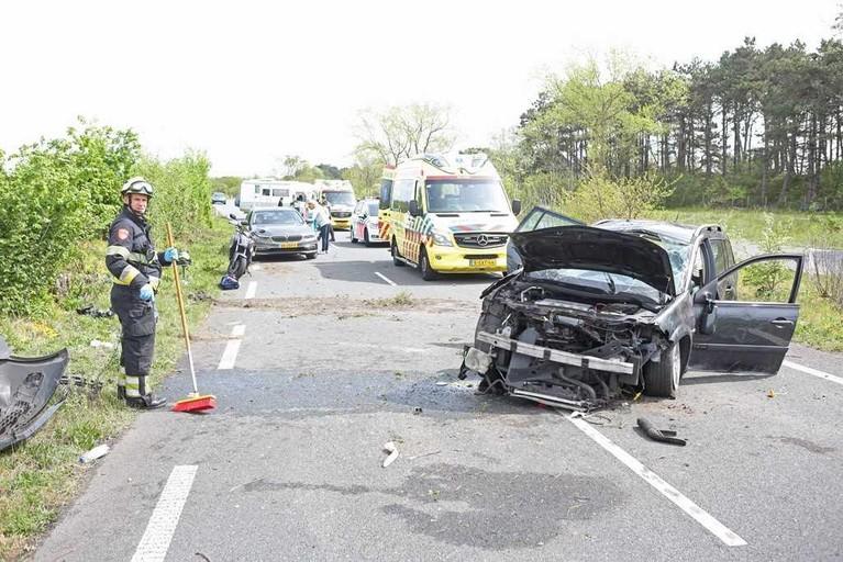 Auto over de kop geslagen in Overveen, twee gewonden [update]