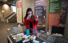 Geurhistorica Caro Verbeek richt een expositie in bij de VU over geur