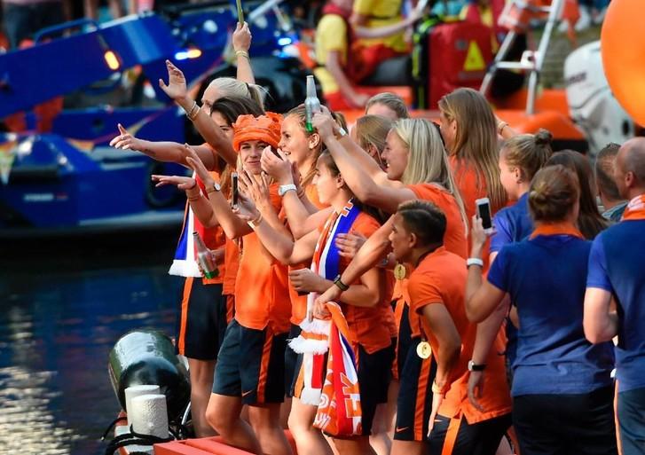 Duizenden mensen juichen Oranje Leeuwinnen toe