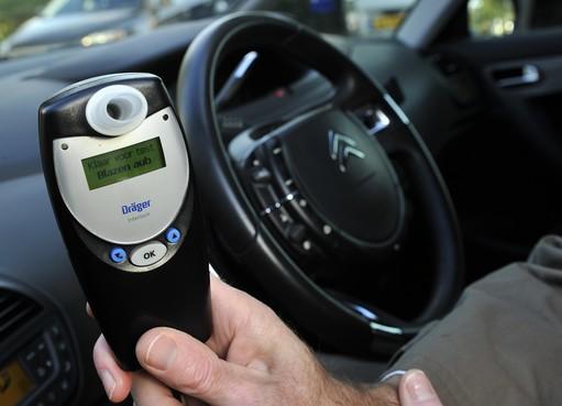 Drankrijder zonder rijbewijs ramt lantaarnpaal in Zaandam