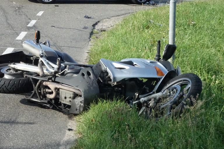 Motorrijder gewond bij aanrijding met auto in Anna Paulowna