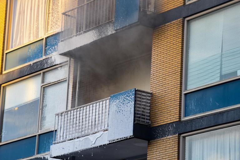 Brand op balkon van woning boven winkelcentrum Riebeeck in Hilversum
