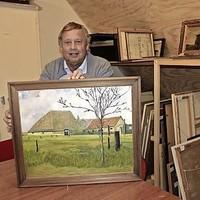 Museumvoorzitter André Lont toont Wieringer kunst.