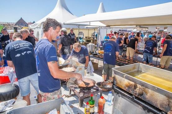 Vis bakken is topsport op het Vistieval van Den Oever