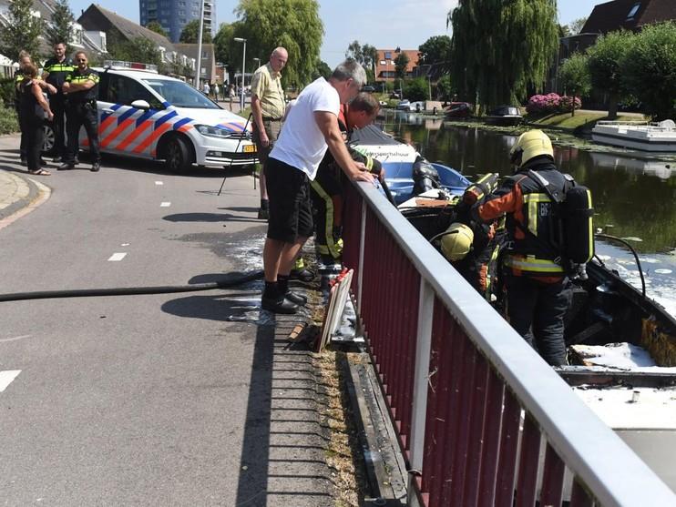 Sloep brandt uit aan Jantina van Hoornkade
