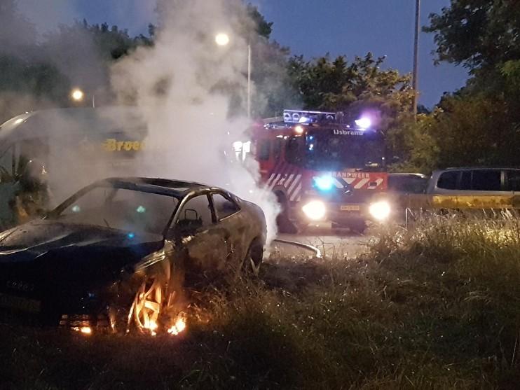 Vluchtauto aanslag TMG-gebouw uitgebrand teruggevonden