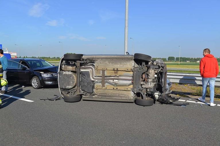Auto's op elkaar op A4 bij Hoofddorp, traumahelikopter landt langs snelweg