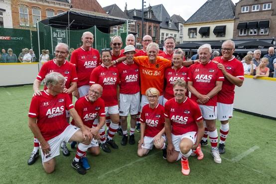 AZ-held Kees Kist gunt wandelende voetballers een kiekje