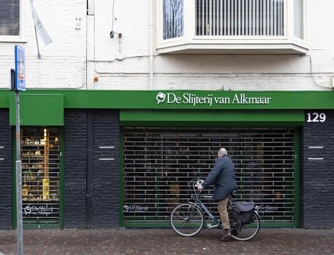 De drankwinkel aan de Laat is per direct gesloten. © jjfoto.nl / Jan Jong