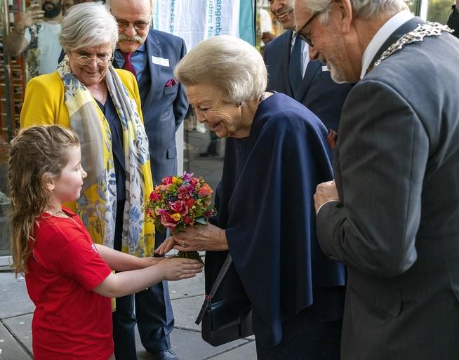 Prinses Beatrix in Alkmaar voor landelijke pleeggrootouderdag [video]