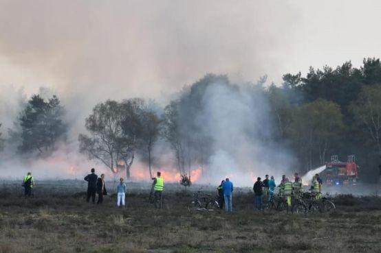 Twee jongens (14 en 15) verantwoordelijk voor Hilversumse heidebrand: Spelen met vuurwerk ging mis [video]
