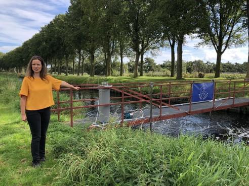 Waterconsortium opent de jacht op microplastics in gezuiverd afvalwater: een gordijn van bellen in een kanaaltje bij Wervershoof