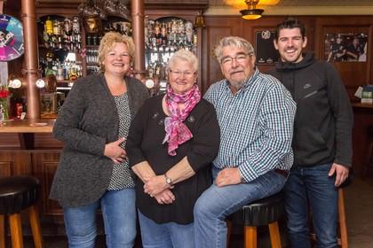 Familie Van der Horst runt vijftig jaar Koppie Bar': Altijd werk je met blije mensen'