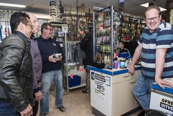 Hengelsport Rik in Beverwijk verliest het van het internet; zijn klanten balen als een stekker
