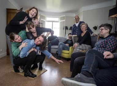 Theatersport in Zwaanshoekse huiskamer tijdens Gluren bij de Buren