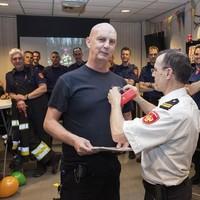 Rob Christiaans wordt gehuldigd voor zijn 25 dienstjaren als brandweerman van Velsen.