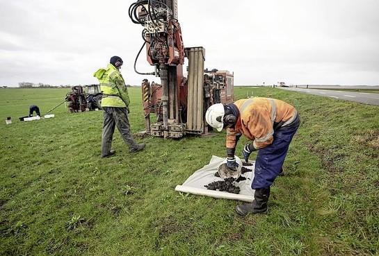 Bunschoten en het waterschap gaan op verzoek van de Raad van State toch in overleg over de vervuilde grond bij de Westdijk