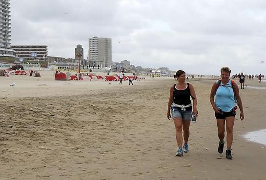 Wandelaars beginnen aan Strandzesdaagse