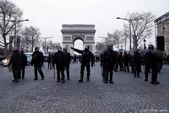 Frankrijk zet 80.000 agenten in om gele hesjes