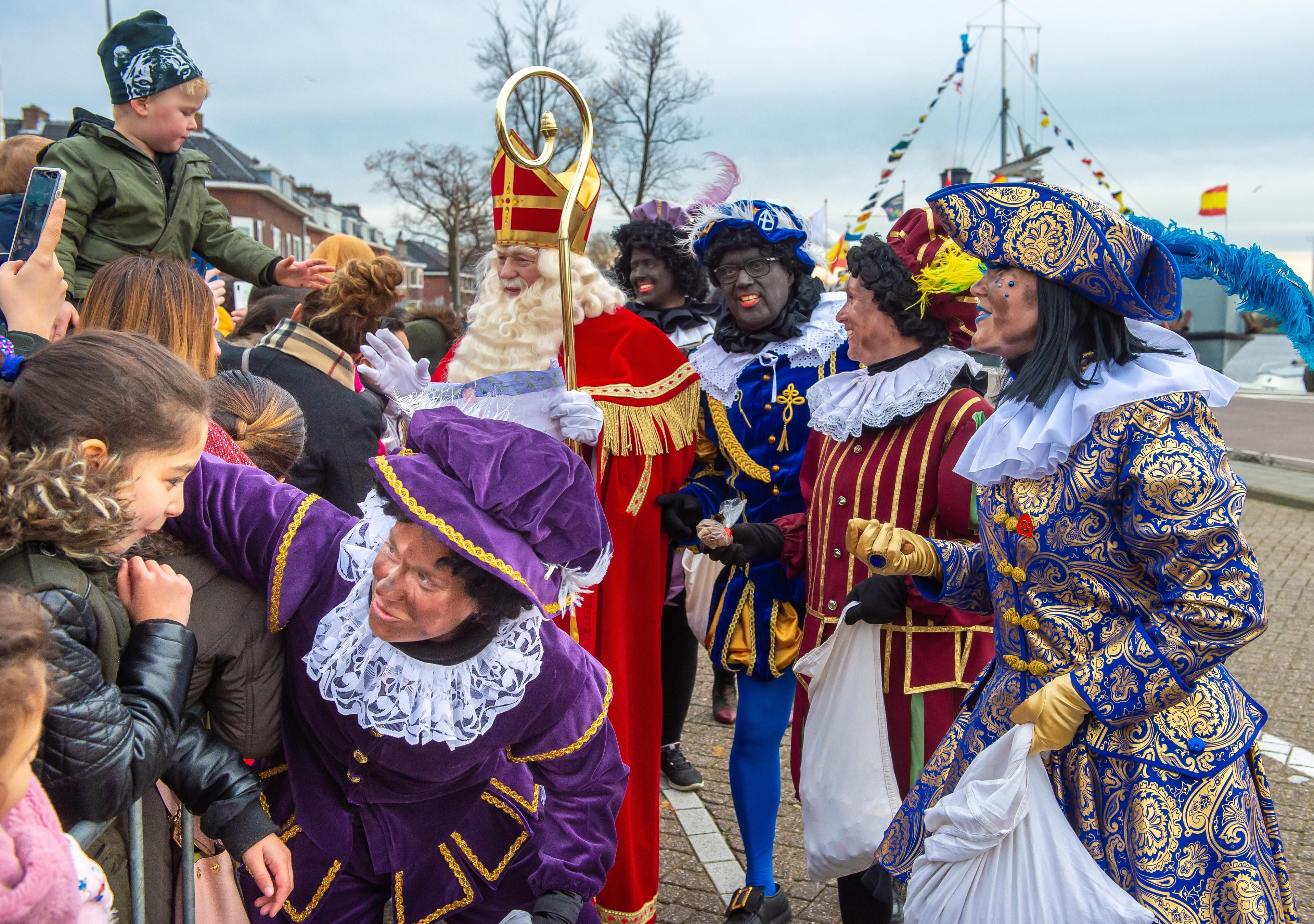 Rustige intocht van Sint in Zaandam, voor het eerst met roetveegpieten - Noordhollands Dagblad
