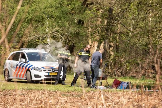 Barbecueverbod ondanks extreme brandgevaar in natuur genegeerd: Politie grijpt in op recreatieterrein in Soest