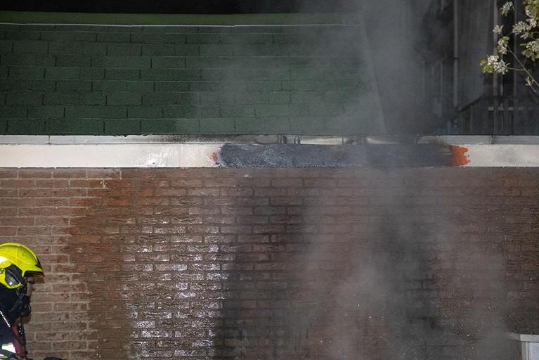Brandende scooter zet deel van dak in vlammen in Haarlem