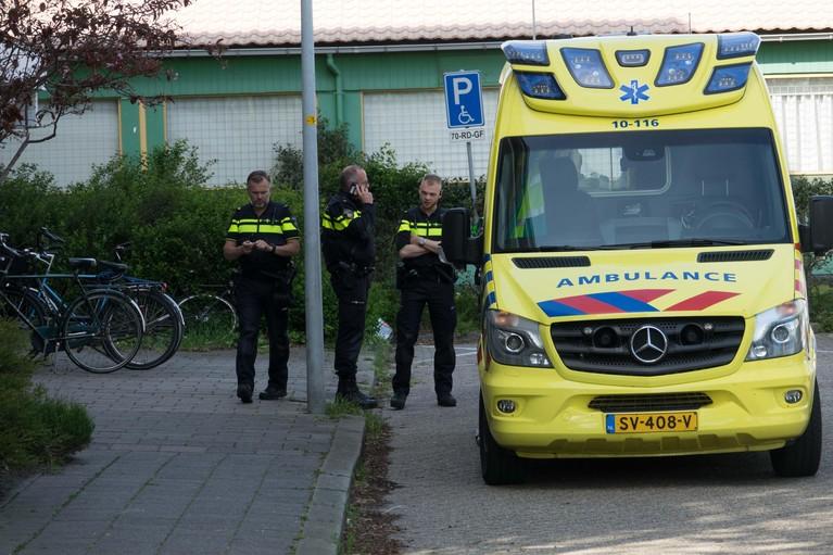 Arrestatieteam voor verwarde man in Dintelstraat Den Helder [video]