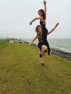Dansers bij het Huis van Niets op de IJsselmeerdijk en een Poolse harpiste in het Robbenoordbos; volop keuze bij de 'Binnenroute'