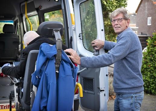 Haarlemse Rolmobiel rijdt al 35 jaar rolstoelers van A naar B: zorg over latere pensioenleeftijd vrijwilligers