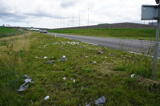 Column Ontmoetingen: Zorgen over bergen afval in de bermen