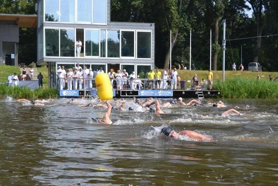 Zwemclub OEZA steunt met klassieker op de Bosbaan de Nederlandse Brandwonden Stichting