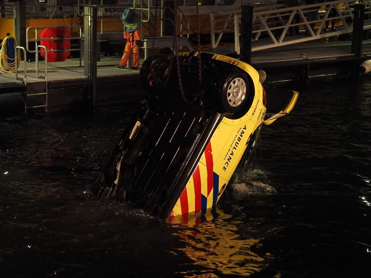 Ambulance belandt in water door vergeten handrem in IJmuiden [video]