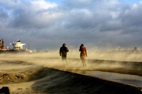 'Golven van vijf meter hoog voor kust IJmuiden' [video]