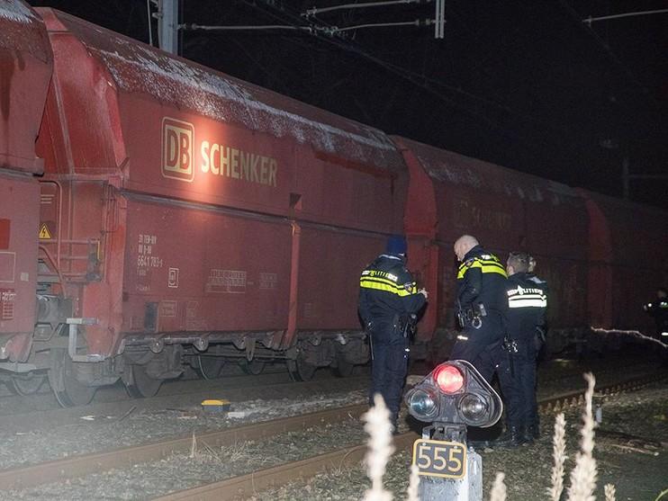 Op spoor gelegde houten palen blokkeren goederentrein Tata