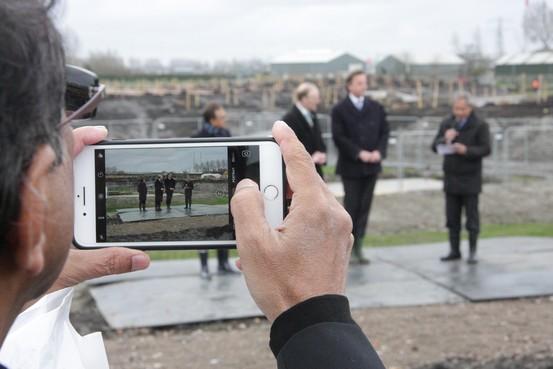 Vijfhuizense fotografen registreren aanleg van MH17-gedenkplaats in hun dorp