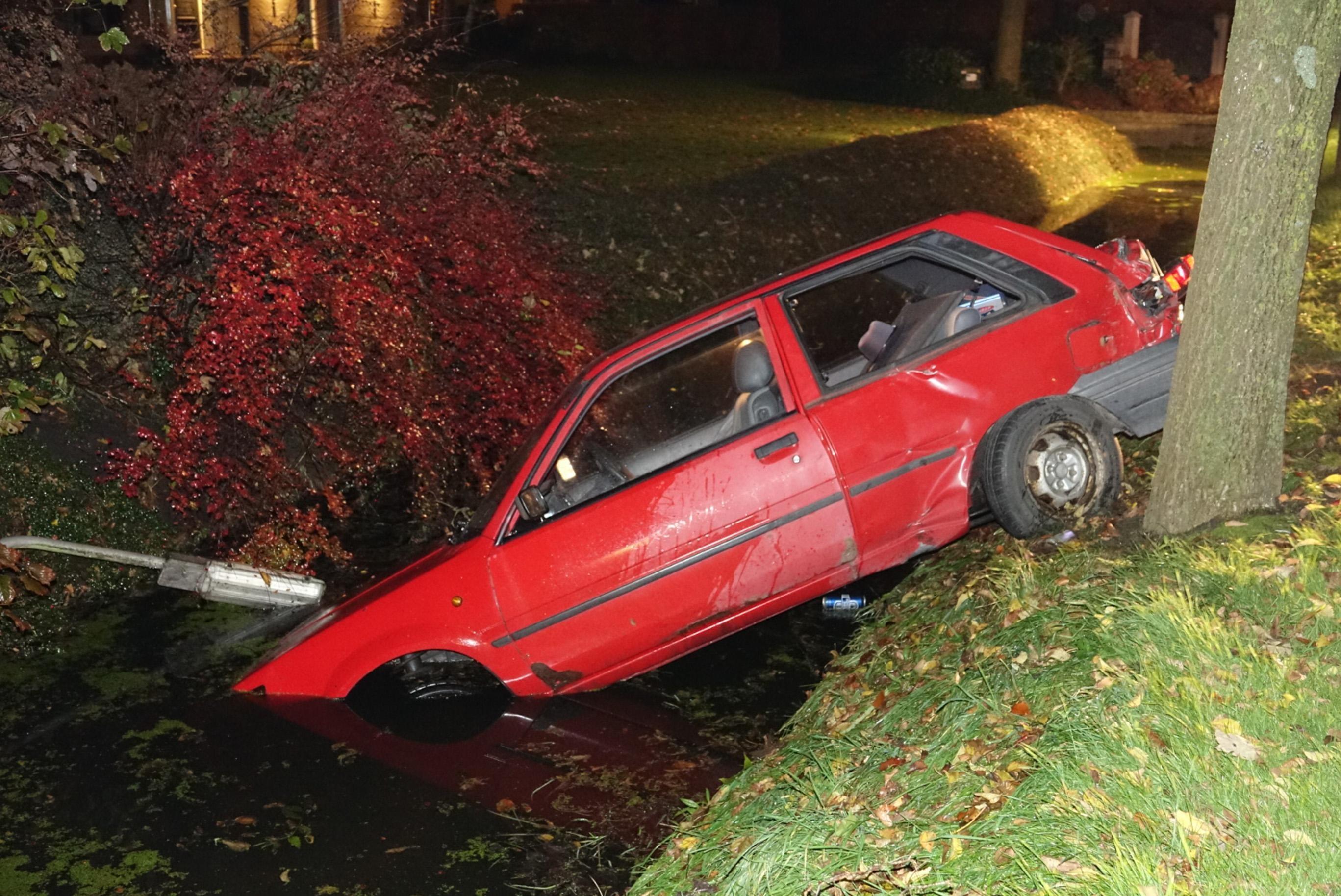 Auto raakt te water in Nibbixwoud - Noordhollands Dagblad
