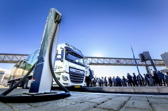 Albert Heijn gaat met elektrische mega-trucks de stad in