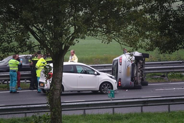 Auto op zijn kant bij ongeval op A9 bij Akersloot