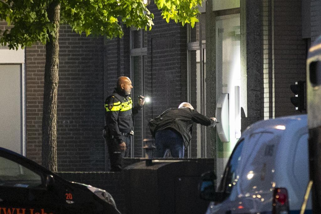 Mislukte plofkraak bij pinautomaat in Lisse; politie zoekt naar daders [update] - Leidsch Dagblad.