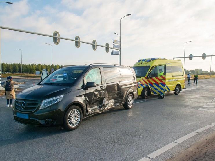 Flinke schade bij aanrijding tussen auto en taxibusje bij Schiphol