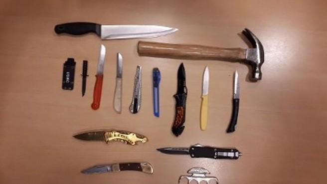 Fouilleeracties in Zaandam leveren elf messen, een hamer en een boksbeugel op