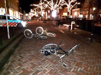 Onbekenden gooien met fietsen in Spakenburg