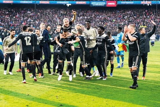 Euforie rondom Ajax duurt na het seizoen voort in de boekwinkel