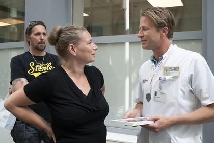 Met een medaille en een dikke knuffel bedankt Lisa Veldkamp de trauma-chirurg van Alrijne Leiderdorp