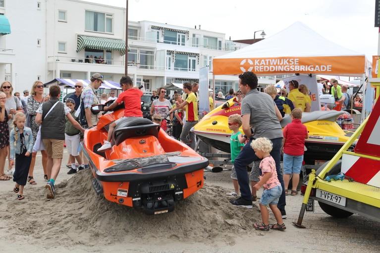 Katwijkse boulevard vol met hulpdiensten en toeschouwers voor het jaarlijkse Search and Rescue Event [video]