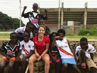 Hockeytalent Noor de Baat (16) van hoofdklasser Amsterdam doet 'ontwikkelingshulp' in Zambia