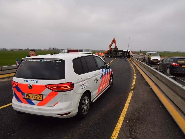 N207 naar Leimuiden dicht vanwege omgewaaide vrachtauto